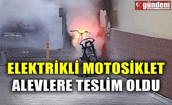 ELEKTRİKLİ MOTOSİKLET ALEVLERE TESLİM OLDU