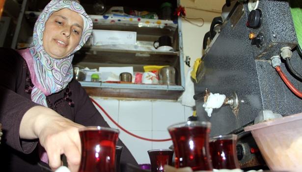 Kahvehaneye kadın eli değdi, küfür bitti