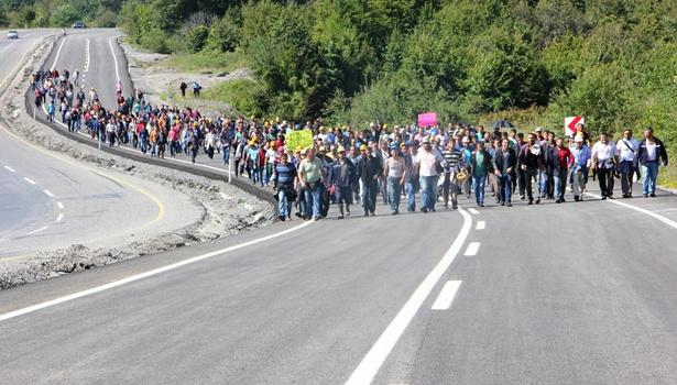 Ekmek için kilometrelerce yol yürüyorlar