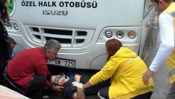 Otobüsün altında kaldı, dakikalarca kurtarılmayı bekledi