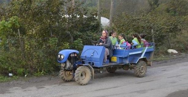 Tarım aracı ile okula gidiyorlar