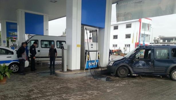 Minibüsün çarptığı araç, akaryakıt istasyonuna uçtu