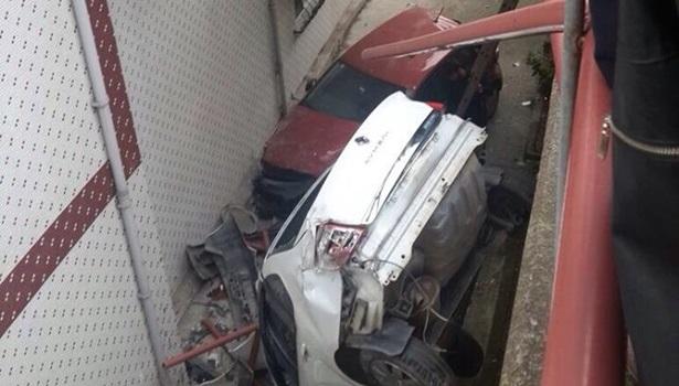 Ereğli´ de freni patlayan halk otobüsü iki otomobili duvardan aşağı attı