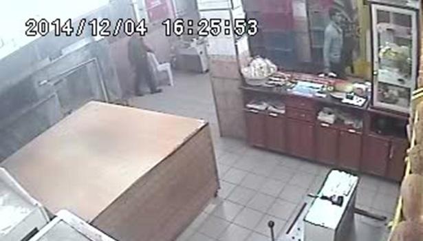 Asker kaçağı sadaka kutusunu çalarken güvenlik kamerasına yakalandı