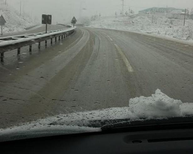 Akçakoca'da yüksek kesimlerde kar yağışı sürüyor