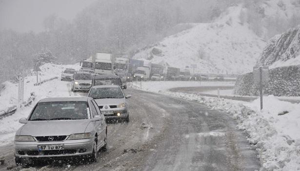 Zonguldak - Ereğli karayolunda araçlar yolda mahsur kaldı