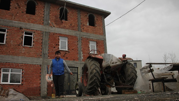 Fırıncı ustası yaptığı aparat ile traktörü vinç yaptı