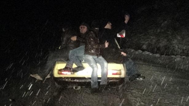 Otomobil karda gitmeyince önce ittiler, sonrada üstüne binip selfie çektiler