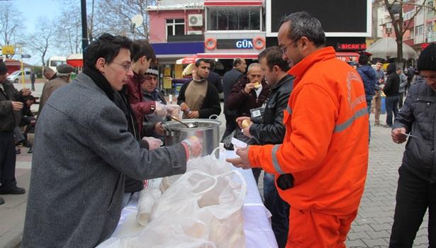 Alaplı Ülkü Ocakları 200 kişiye ekmek ve hoşaf dağıttı