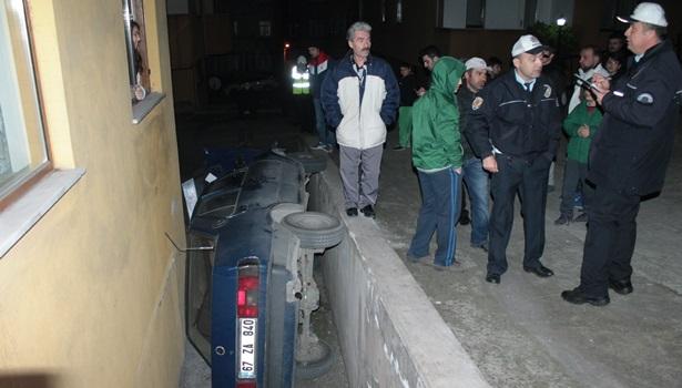 Ereğli´de freni boşalan otomobil apartman boşluğuna düştü