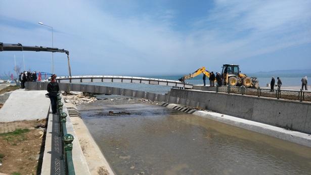 Akçakoca´da sahile yaya köprüsü yerleştiriliyor