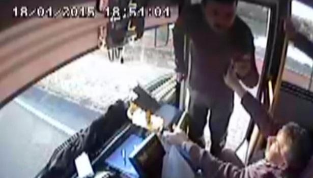 Ereğli´de seyir halindeki halk otobüsü şoförünü yumrukladı