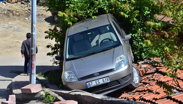 Otomobili geri kaydırınca, evin çatısına çıkarak durabildi