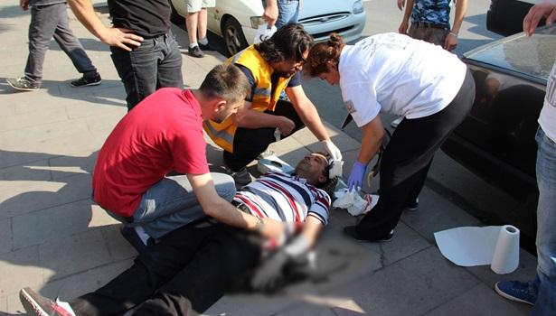 Sıcakta bayılıp yere düşen adam kanlar içerisinde kaldı