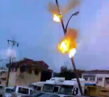 Elektrik Direğindeki Teller Bomba Gibi Patladı