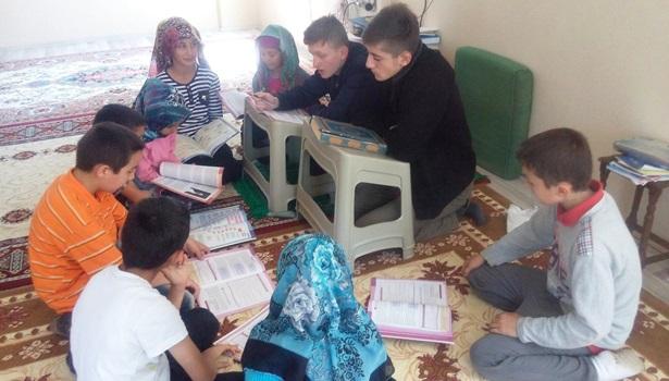 Gönüllü olarak Kur'an-ı Kerim öğretiyorlar