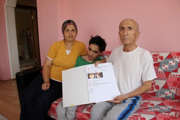 Kanser olmasına rağmen çocuklarını okutmak için çaycılık yapıyor