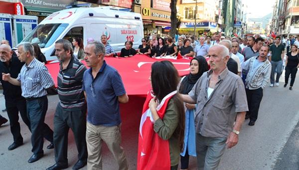 İki parti arasında terör için yürüyüş tartışması