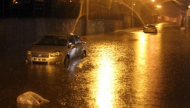 Şiddetli yağış sebebiyle araçlar suya gömüldü