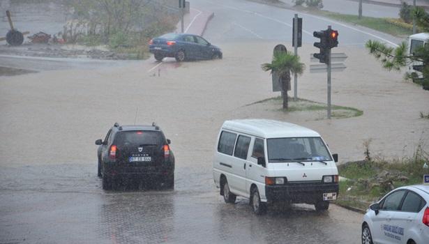 Karayolunu sel bastı, araçlar mahsur kaldı