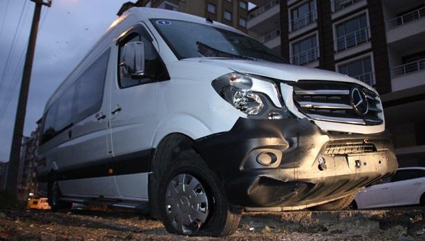 Ereğli´de, bir kişi çaldığı minibüsle savcının park halindeki otomobiline çarptı
