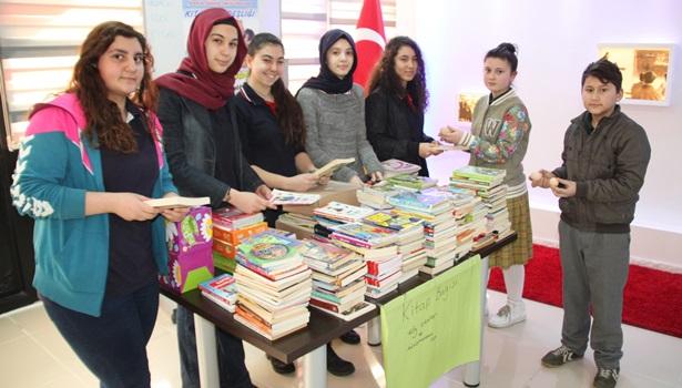Fen Lisesi öğrencileri 2 köy yumurtasına bir kitap hediye etti