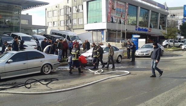 Park halinde alev alan otomobili yanmaktan itfaiye kurtardı