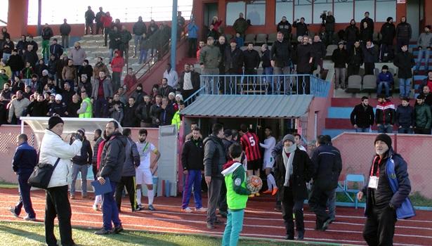 Akçakocaspor Beyköyspor maçında ortalık karıştı