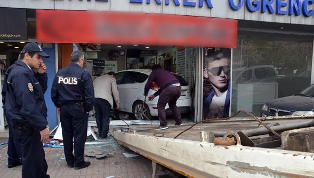 Önce kadına çarptı sonra optik dükkanına daldı