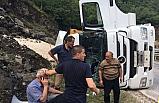 Çakıl yüklü kamyon devrildi