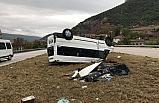 Minibüs refüje çıkarak takla attı: 3 yaralı