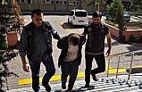 Polisi görünce uyuşturucu maddeyi yere attı
