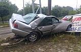Tabelaya çarpan otomobil sürücüsü yaralandı