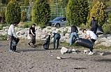 Çevreci gençler sahilde çöp topladı