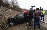 Otomobil İstinat duvarına çarptı, 4 yaralI
