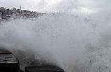 Dev dalgalar 7 metrelik istinat duvarını aştı...