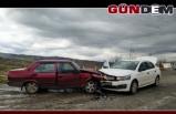 İki araç kavşakta çarpıştı: 5 yaralı