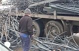 Tırdan devrilen demirler ulaşımı aksattı