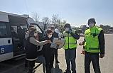 Kontrol noktasında polislere tatlı ikram ettiler