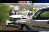 Otomobil ile kamyonet kafa kafaya çarpıştı: 6 yaralı