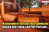 TIR ÜZERİNDEKİ SACLAR YOLA SAVRULDU, BAŞKA BİR TIRIN LASTİĞİ PATLADI