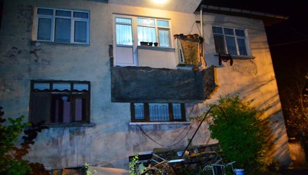 Sigara içmek için çıktıkları balkon çöktü