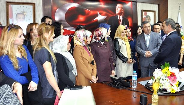 Yeni öğretmenlerden Başkan Uysal'a çiçek