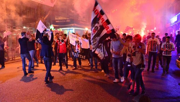 Beşiktaş taraftarları şampiyonluğu yağmur altında kutladı