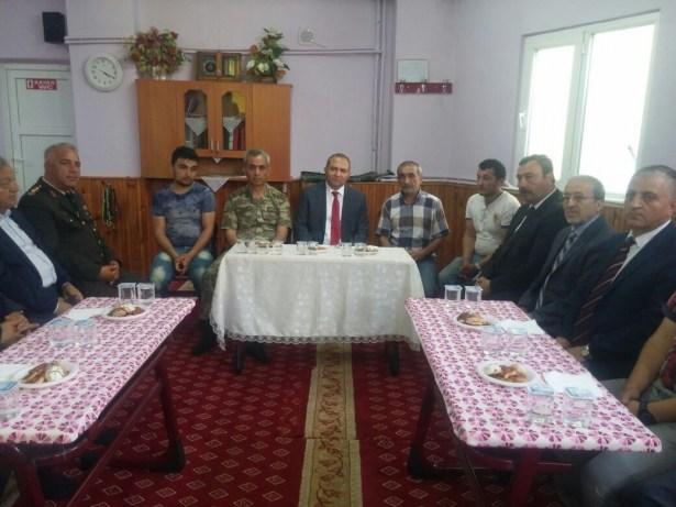 Protokol Şehit Okan Korkut'un evini ziyaret etti