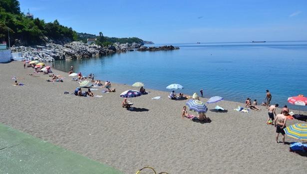 Zonguldaklı vatandaşlar hafta sonunu denize girerek geçirdi.