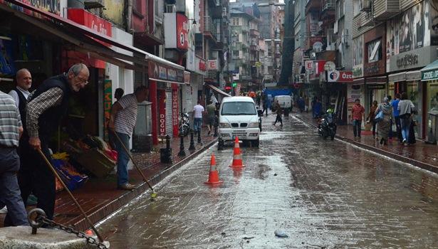 Yağmur ulaşımı olumsuz etkiledi