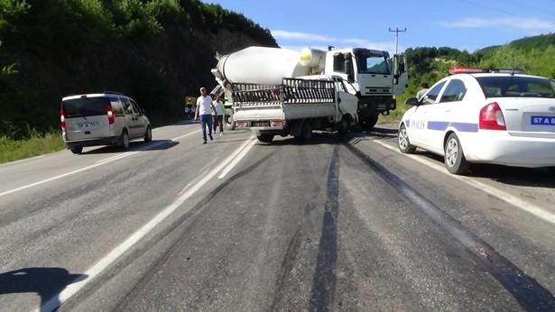 Ereğli´ de beton mikseri ile kamyonet çarpıştı: 3 Yaralı