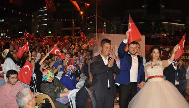 Gelin ve Damat, en mutlu günlerinde demokrasi nöbetinde..