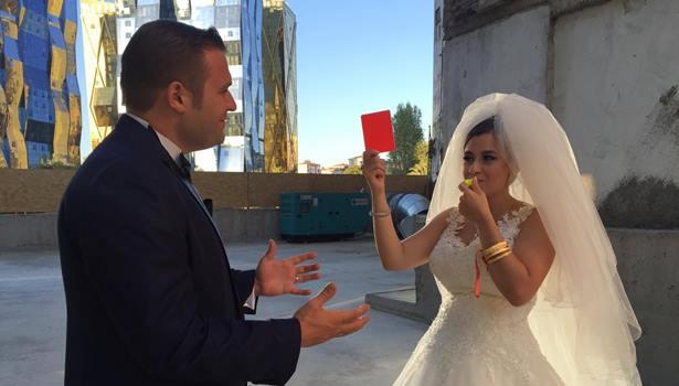 Nikahlandığı eşine kırmızı kart gösterdi